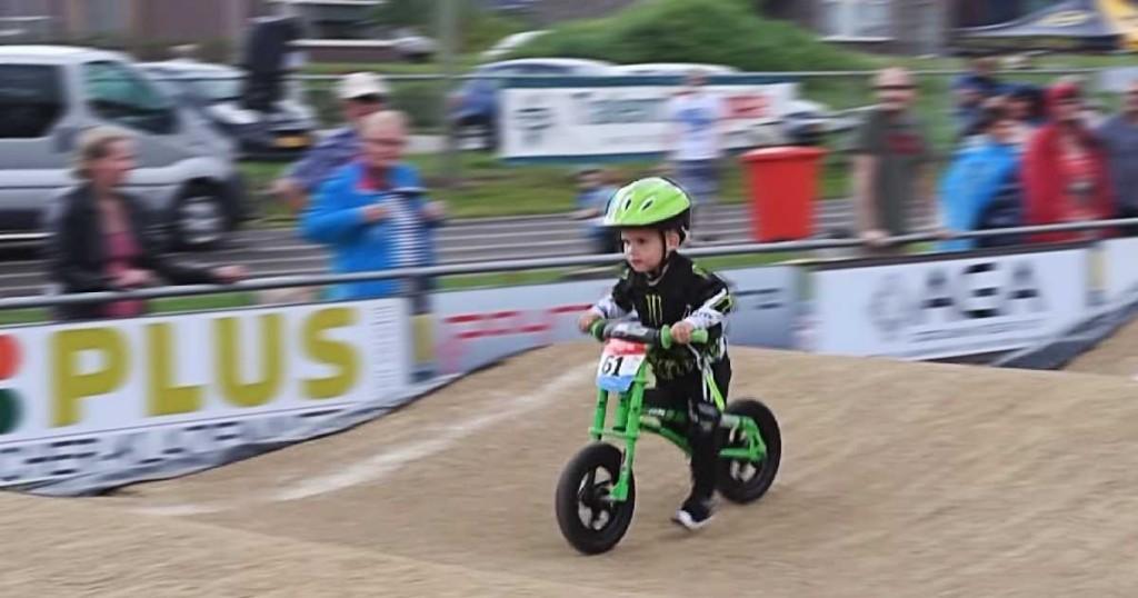 Der Junge auf dem Laufrad rast wie ein Pfeil in Richtung Ziellinie – aber dann geht es völlig schief!
