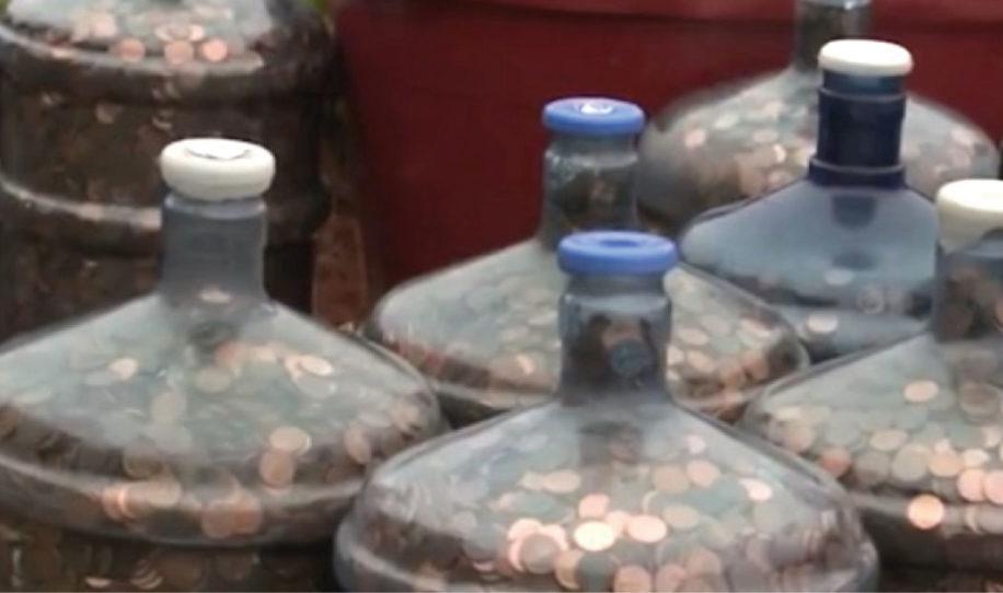 Mann sammelt 45 Jahre lang Centstücke. Dann geht er zur Bank!