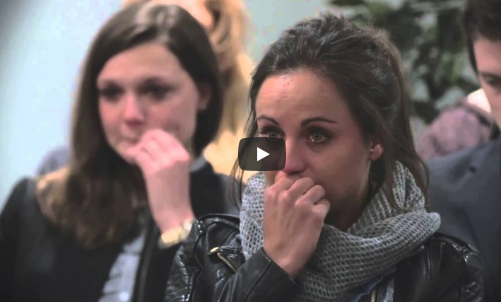 Sie ging zu einer Beerdigung, ohne den Verstorbenen zu kennen. Als sie merkte, wer im Sarg liegt, war sie schockiert.