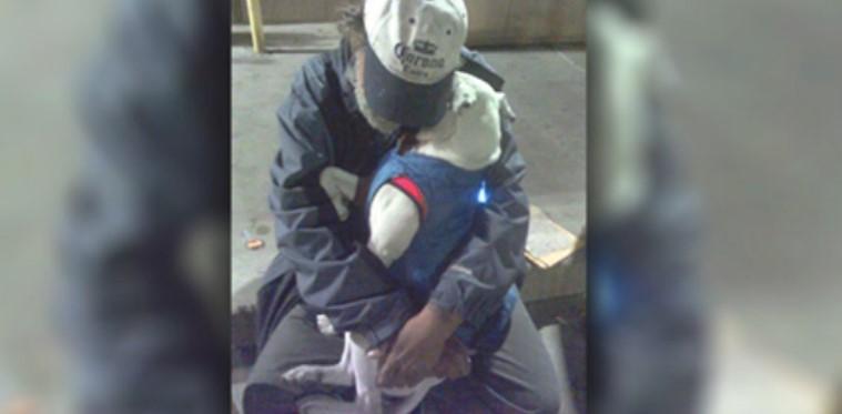 Frau sieht einen sterbenden Mann mit seinem Hund eingekuschelt – dann verrät er ihr seinen letzten Wunsch!
