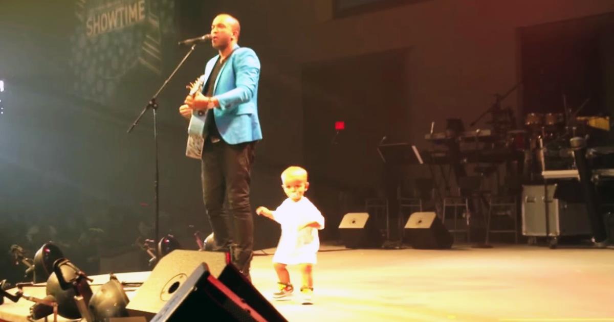 Während des Konzerts lief das einjährige Kind auf die Bühne und begann zu tanzen! Unglaublich!