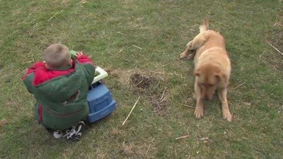 Bei 4 Grad in der Kälte finden sie etwas unter dem Familienhund, was sie zu Tränen rührt.