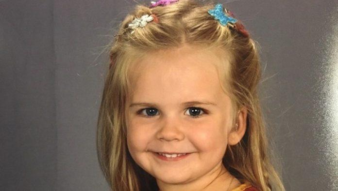 Sie ließen ihre Tochter selbst das Outfit für das Schulfoto auswählen. Ihr Foto geht zur Zeit um die ganze Welt!