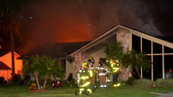 Kinder sind in einem brennenden Haus gefangen – da schreitet der Familienhund zur Tat