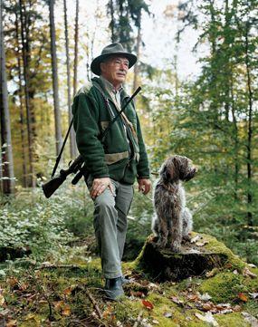 Dorfbewohner vertreiben Jäger und retten Hirsch.