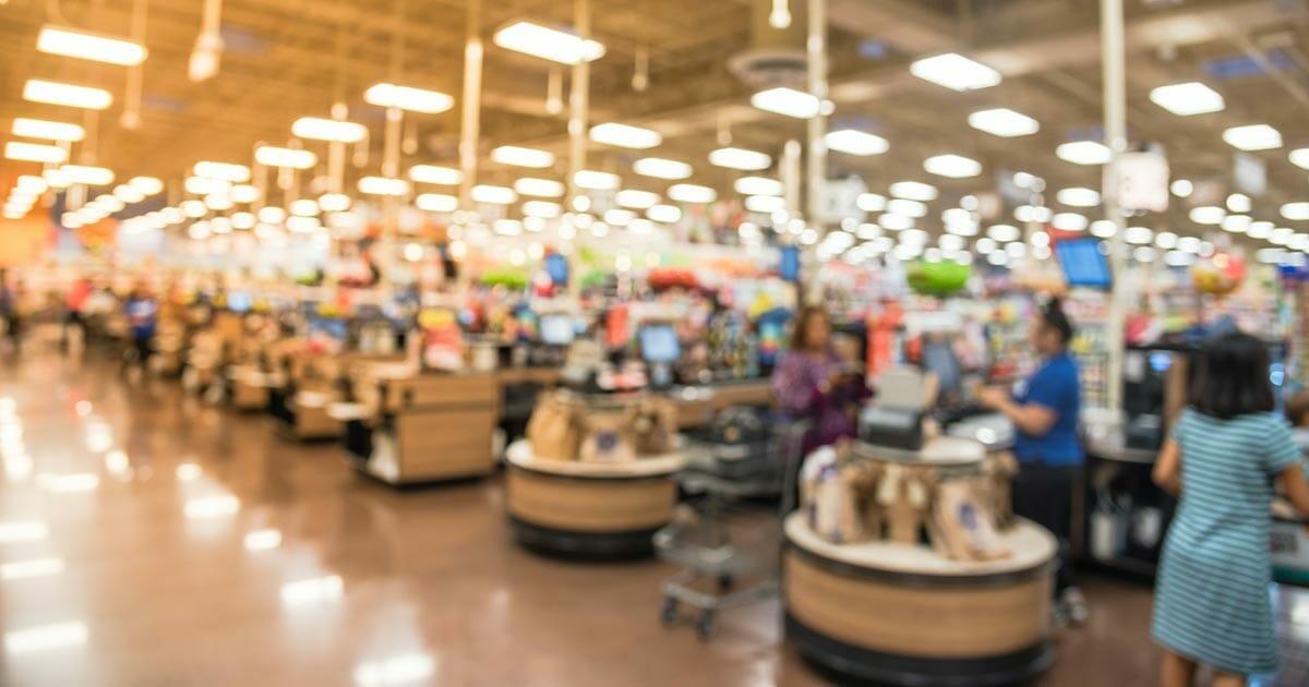 """Mutter trifft auf Fremden im Supermarkt, der plötzlich zu ihrer Tochter sagt: """"Sag' Tschüss zu Mama"""""""