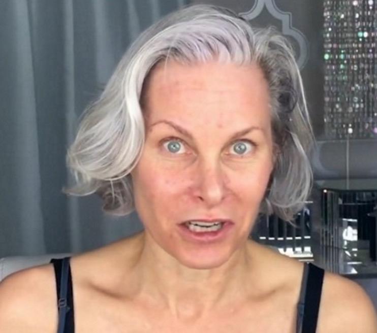 Video: 52-Jährige verjüngt sich mit Make-Up um Jahre.
