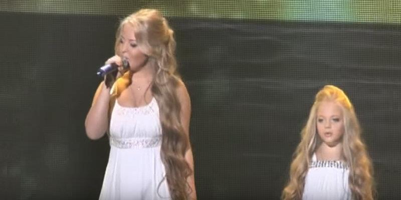 Jeder jubelt, als die 16-Jährige anfängt zu singen – aber wartet nur, bis ihr die Stimme ihrer Schwester hört