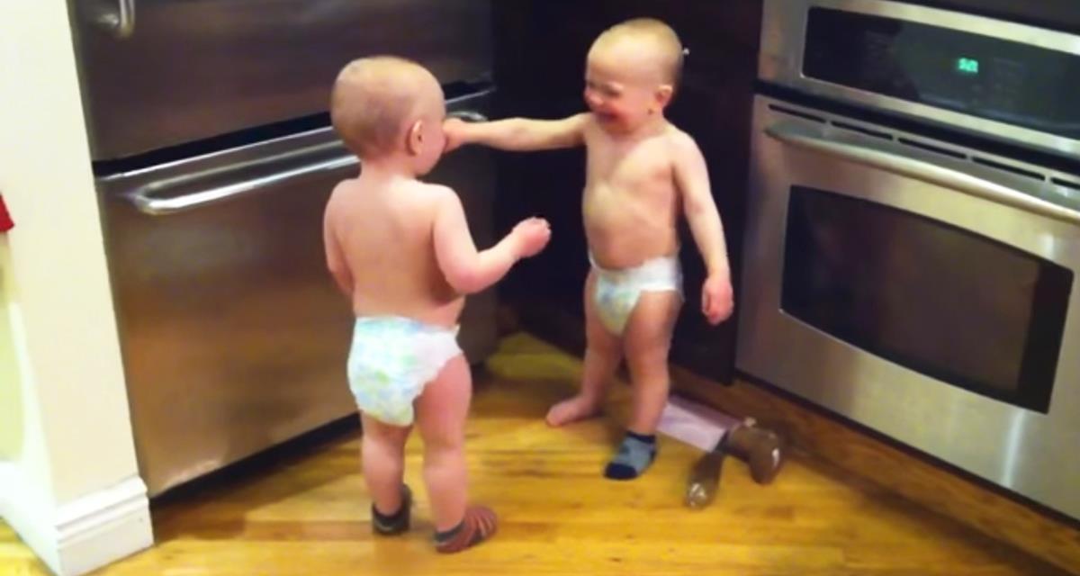 Die Mutter sah ihre Kinder in der Küche sprechen. Es ist auch sehr interessant mit welchem Enthusiasmus sie sprechen