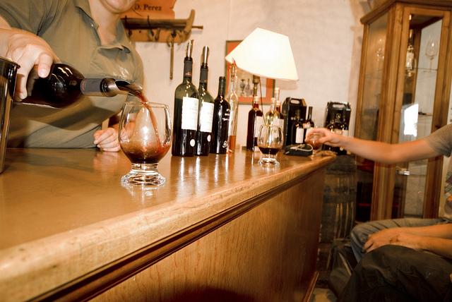 Witz des Tages: Obdachloser bewirbt sich als Wein-Verkoster.