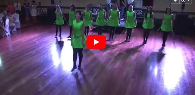 8 Brautjungfern tanzen einen Irischen Tanz – schau, wenn der Bräutigam sich ihnen anschließt!