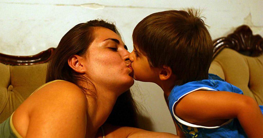Psychologen warnen: Deshalb solltet ihr eure Kinder nicht auf den Mund küssen