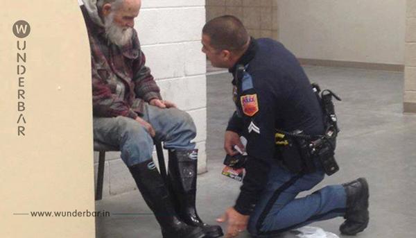 Der Obdachlose weigert sich den Laden zu verlassen. Doch was der Polizist dann sieht, bricht ihm das Herz.