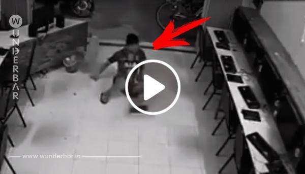 Der Mann versucht den Hund zu treten. Bei 0:08 fängt die Überwachungskamera die verdiente Strafe ein.