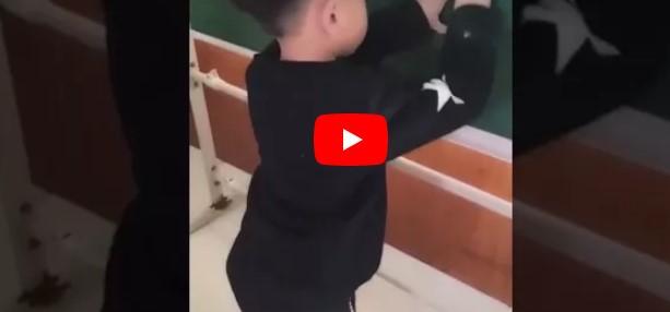 Der asiatische Junge versucht 3+2 zu lösen – als er die Antwort notiert, können wir nicht anders, als zu lachen