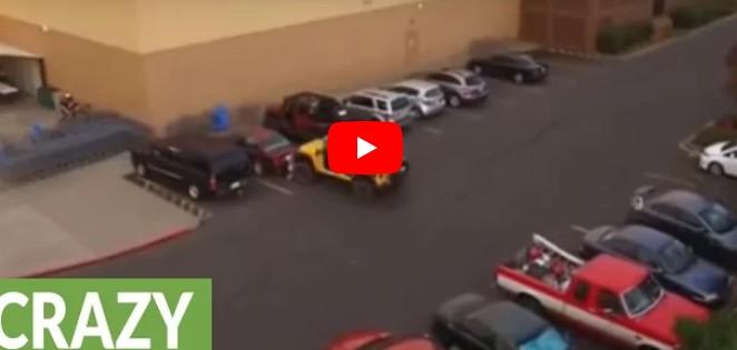 Dreister Autofahrer stielt seinen Parkplatz – dieser Jeep Fahrer erteilt ihm jedoch eine Lektion