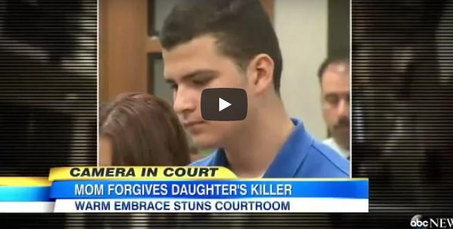 Die Mutter umarmt den Mörder ihrer Tochter im Gericht – der Grund dafür ist sehr bewegend