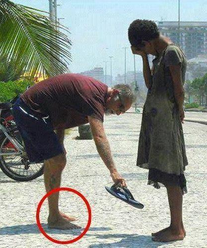 Fotograf sieht die Geste dieses Mannes gegenüber eines jungen Mädchens – das Bild geht nun um die ganze Welt