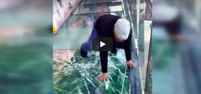 Glasbrücke zerbricht unter dem Mann in 1000 Meter Höhe – aber es ist nicht so, wie man auf Anhieb denkt