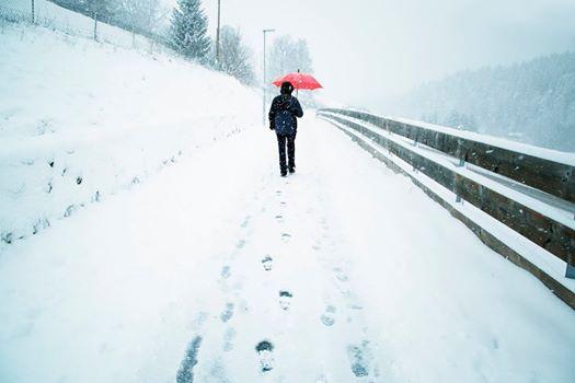 Der Mann möchte den Teenager mitnehmen, weil es zu kalt ist, aber mit dieser Antwort hatte er nicht gerechnet
