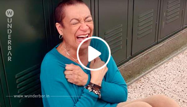 Die kranke Lehrerin ging in ihr Klassenzimmer, als plötzlich ihre Absolventen im Flur erschienen
