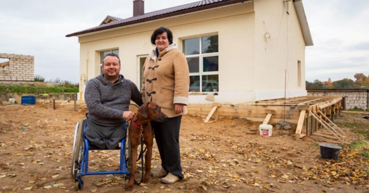 Ein Mann im Rollstuhl kaufte ein verlassenes Gebäude und verwandelte es in ein gemütliches Haus!