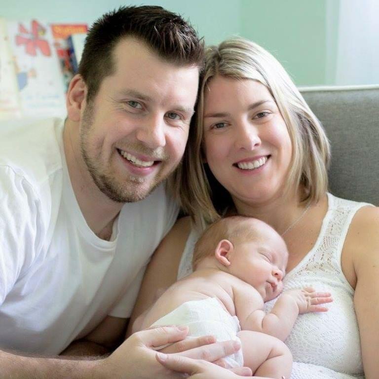 Mutter sieht ihr frühgeborenes Baby an – sieht etwas Blaues und beginnt zu weinen