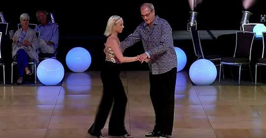 Publikum nennt Tänzer alt, denkt nicht, dass er tanzen kann – Musik fängt an und lässt alle erstarren