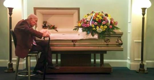 """Der Mann verabschiedet sich von seiner Frau nach 59 gemeinsamen Jahren: """"Ich weiß, du kannst mich nicht hören, aber ich liebe dich."""