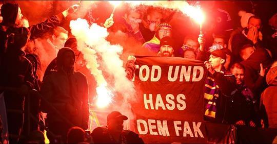 Tod und Hass dem FAK und Pyro bei Bosnien-Fans