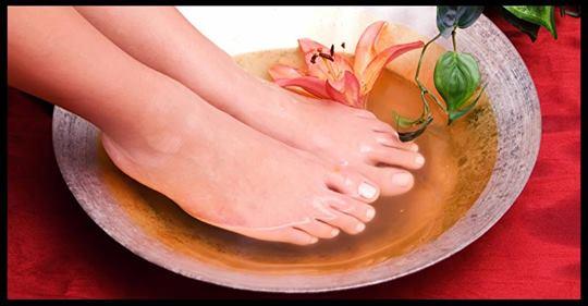Wie man alle Deine Giftstoffe aus seinem Körper spült und ihn heilt, indem man seine Füße in Apfelessig badet
