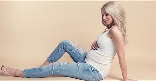 Philippa Strache posiert stolz mit Babybauch