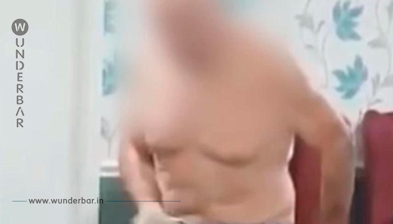 Ein älterer Mann von den Pflegern halbnackt gefilmt und ausgelacht