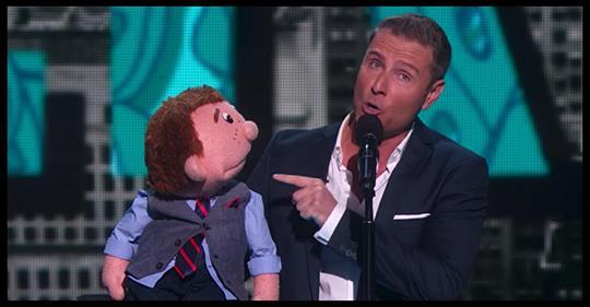 Behalte die Puppe im Auge, nachdem der Bauchredner von der Bühne gestürmt ist