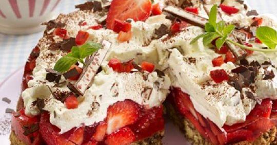 Yogurette-Torte mit Erdbeeren: Das Rezept für Erdbeerglück!