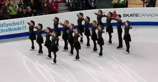 Eiskunstläufer halten inne, bis die Musik wechselt und jeder mitgerissen wird