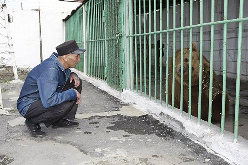 Bärin ist seit 15 Jahren im Gefängnis und wurde verurteilt, ihr ganzes Leben dort zu verbringen