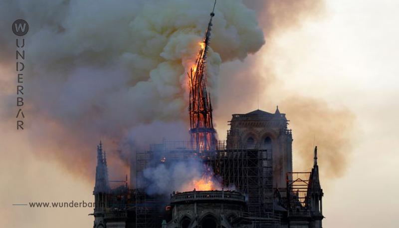 Notre Dame  Gänsehautaufnahmen! Nur das Kreuz leuchtet noch im Kirchenschiff