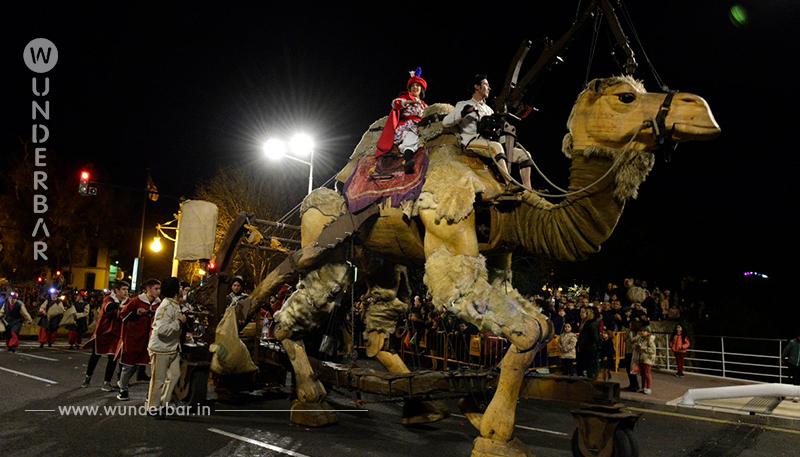 Ein gemietetes Kamel fällt während einer Parade in Valencia in Ohnmacht und verursacht Empörung