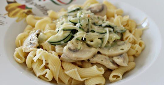 Pasta mit Zucchini Champignon Frischkäse Soße