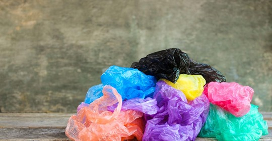 Diese Schüler häkeln Decken aus alten Plastiktüten für Obdachlose