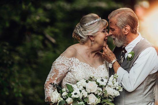 Fotografin lichtet Großeltern zum 60. Hochzeitstag ab.