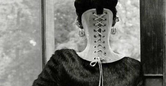 Um Mann zu gefallen: Frau schnürt sich in bizarre Formen.