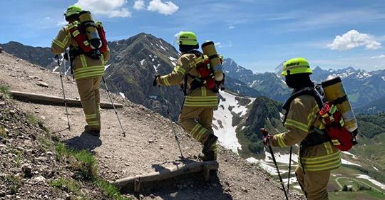 Feuerwehrmänner überqueren in ganzer Montur die Alpen, um Spenden für Kinderhospiz zu sammeln