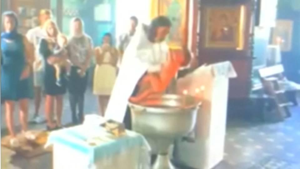 Priester misshandelt Baby: Brutale Taufe sorgt für Entsetzen