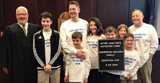 Schwules Paar adoptiert sechs Geschwister, damit sie als Familie zusammen leben können