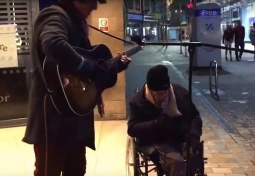 Obdachloser Mann bittet Straßenmusiker mitsingen zu dürfen, sobald er anfängt zu singen bleiben alle Fußgänger stehen und hören zu