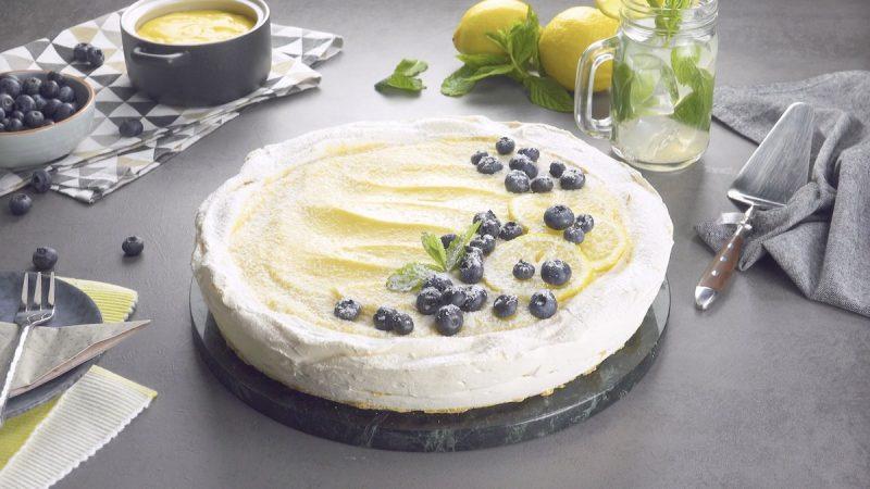Köstliche Pavlova mit einer Creme aus Zitronen