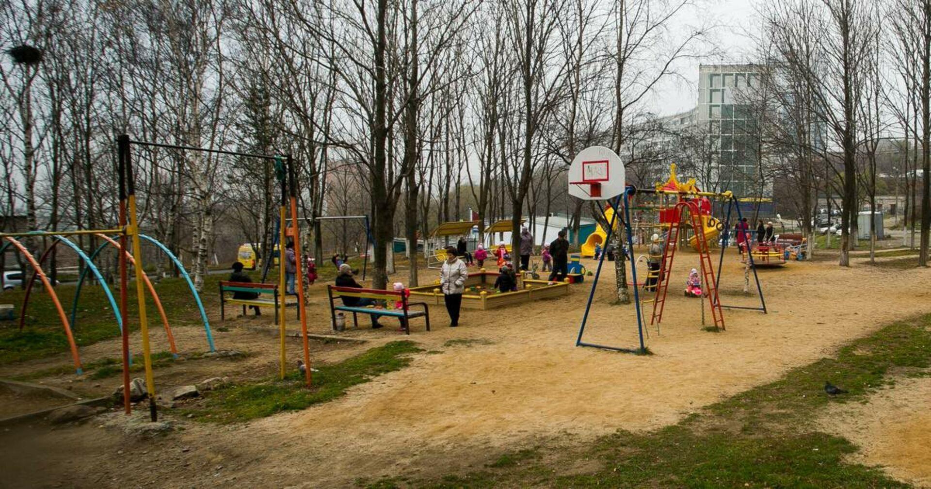 Frau kreuzt mit vier Welpen am Spielplatz auf: Zeugen rufen sofort die Polizei!