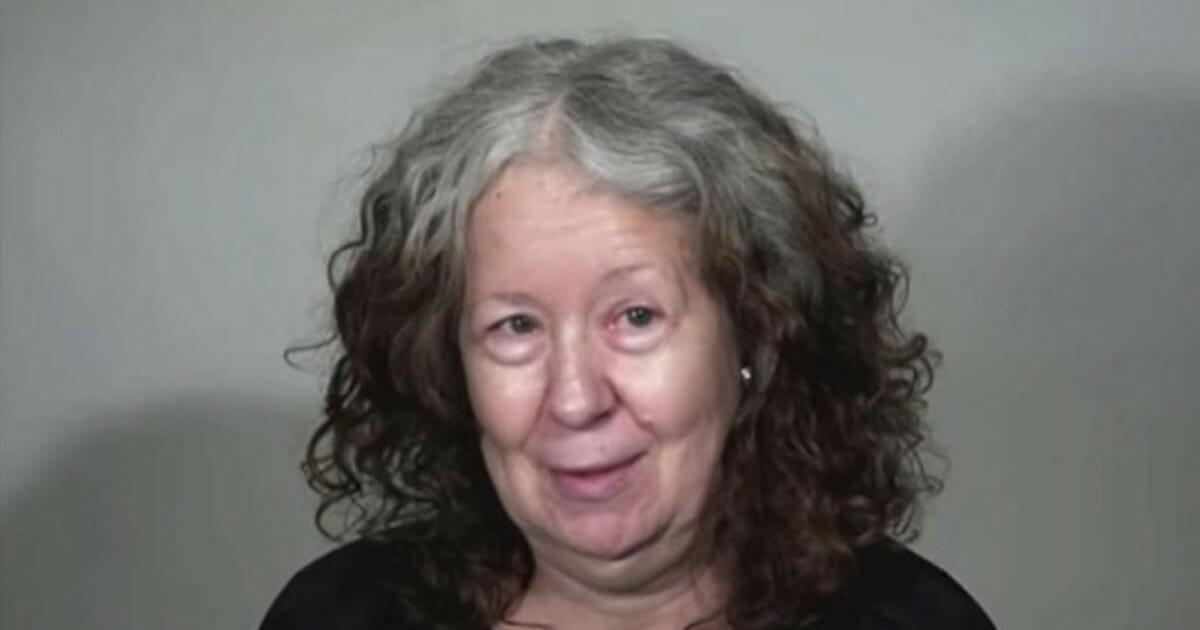 60 jährige Seniorin bemerkt, dass sie noch einmal Neues ausprobieren will und ändert ihr Aussehen grundlegend